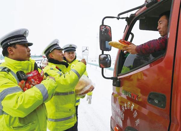 战风雪斗严寒 保障群众出行安全