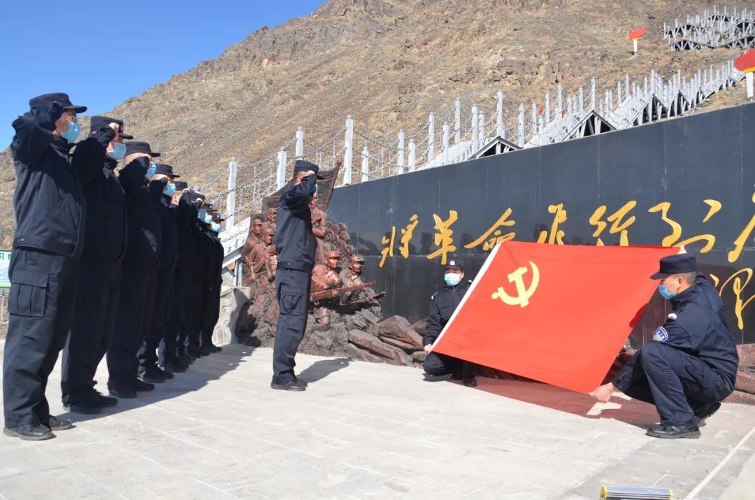 新疆伊吾边境管理大队清明祭英烈,重走英雄路